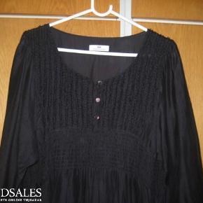 Så flot en tunika/kjole, som kun har været 2 gange, super lækker stof. Med fine lommer i siden, som ikke ses.  Er super fin til mange ting :-)  Kom med et bud :-)  Tunika/kjole Farve: Sort Oprindelig købspris: 1299 kr.