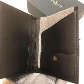 Lækker pasholder i med plads til kort.  Aldrig brugt, kommer i original emballage. Nypris 2200,-