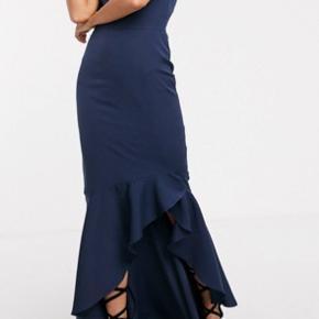 Helt ny kjole! Meget flot! det strammer ind på maven, så du får de flotteste former i den🤗 sælges da jeg ikke bryder mig om at have bare arme ☹️