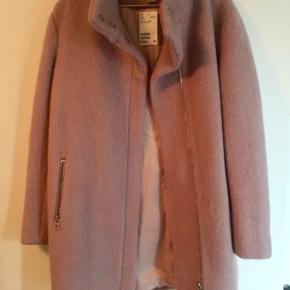 Super fed jakke helt ny og stadig med tag Den er rummelig i str så en str 40 kan også passe den  Perfekt pasform  50% polyester og 50% uld