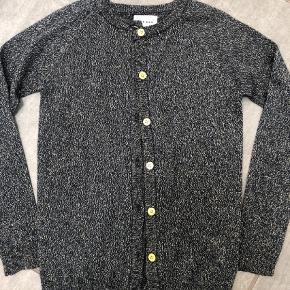 Brand: THE NEW Varetype: Bluse Farve: Blå,Guld  Smart cardigan, vasket en gang. Er desværre købt for lille