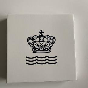 Helt ny riflet halvblonde tallerken fra Royal Copenhagen- aldrig brugt!  Koster 269kr for ny :)   Sender ikke, men den kan hentes i Aarhus C!