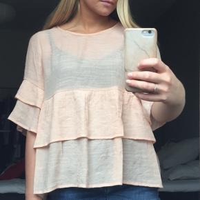 Super fin bluse i let lyserød i lag. Den falder rigtig fint og er dejlig at have på. 🌸