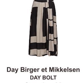 Lækker nederdel med lommer i siderne.  30 % silke og 70 % viskose. Farve: Sort mønstret Nypris var: 1699 kr.