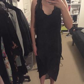 Blå kjole fra H&M, brugt kun få gange. Bemærk at blonde BH'en ikke er en del at kjolen