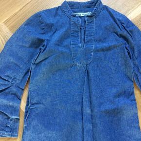 Lækker enkel kjole i denim fra Krista Lynggaard. Er som ny. Med lommer. Skulder og ned ca 78 cm. Brystvidde 37*2 cm. Indv arm 35 cm.
