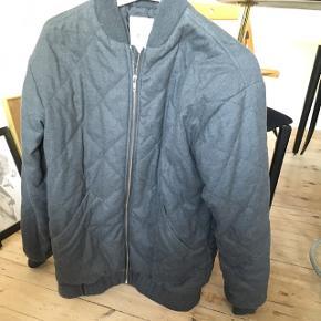 God varm jakke med lommer, i mørkegrå fra monki. Str. S passer en M (eller s hvis man kan lide oversize look)  Brugstegn rundt omkring (fnug) fremstår ellers pæn.  Fra ikke-ryger hjem  Jeg er 1.60 og den dækker lige min numse.  Kan afhentes i sydhavn