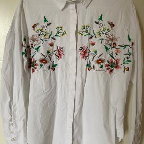 Hvid skjorte med blomster syet ind, flotte små detaljer