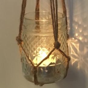 Hjemmelavet ophæng i natursnor til (hænge)planter eller lys. Det er kun selve ophænget der sælges.