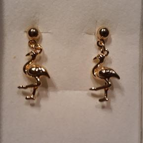Øreringe i forgyldt stål, måler 2.2 cm i længden og er 1 cm bred. Øreringene leveres i gaveæsker og kan sendes for 10 kr med Post Nord, almenlig brev.