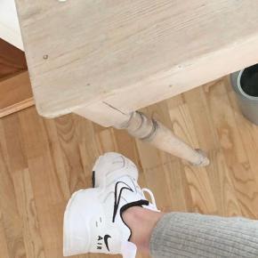 Nike sneakers air heights (Billede fra da de var nye) Ser dog stadig pæne ud Passes af 38-39