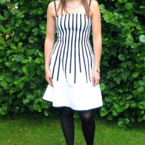 Varetype: studenter kjole Farve: Hvid  Fin specialdesignet kjole.  Str S.  Bomulds stof med stræk.  Kan prøves i aalborg eller frederikshavn.   Fin til konfirmation eller student 👌😊  Kun brugt én gang, til studenterfest
