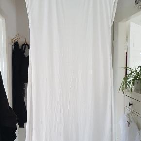 Lækker luftig sommerkjole i 100% bomuld BM 2x42cm Længde: 76cm foran - 86cm bagpå.