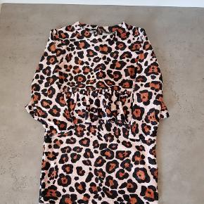 Super fin velour kjole fra name it, i str. 92👧 Den er i rigtig pæn stand, og er uden huller og pletter. Den er fra røg og dyre fri hjem, og er vasket i neutral. Den kan afhentes i 6700. Jeg sender ikke.