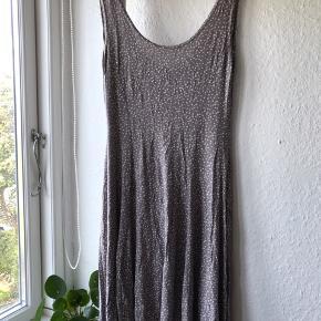 Varm grå kjole med hvide prikker fra Dass & Co Paris. Falder smukt og med dyb udskæring i ryggen. Både til sommer og med grove strømpebukser.