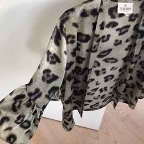 Elegant kort kimono/blazer i dyreprint. Er som ny - kun brugt få gange. Flor detalje ved ærmerne.