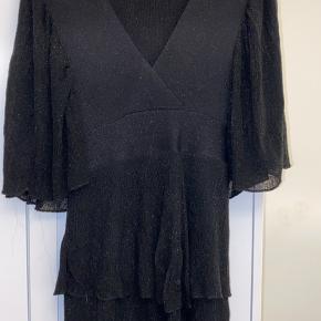 Festlig glimmer kjole fra Zara, som går ind i livet💜 Kun brugt én gang. Pb for flere billeder🍁🌙