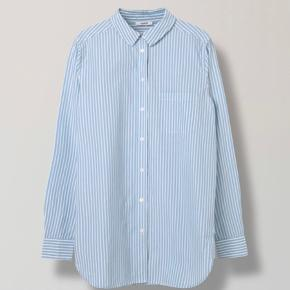 GANNI favourite shirt. Super fin klassisk skjorte som stadig fåes stadig i Ganni. Brugt få gange. Nypris 899kr  https://www.ganni.com/da/favourite-shirt-cotton-shirt-striped-pearl-blue-F240463210.html?g=g&gclid=EAIaIQobChMIgOrs7oLk5AIVhumyCh0LAwJ8EAQYASABEgJdnvD_BwE  Kom gerne med bud :-)  Bytter ikke. Sender med DAO.