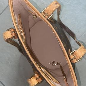 Rigtig velholdt taske, dog med patina på hankene. To indvendige lommer, hvoraf én af dem har lynlås. Vintage, købt gennem Vestaire Collective.  *Pung til keychain medfølger ikke.