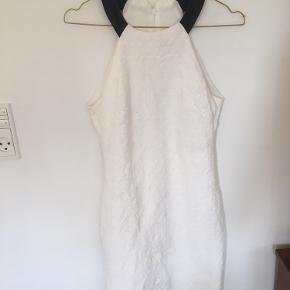 Super fin Zara kjole i hvid. Størrelsen er M, men den passer bedst til en S😊