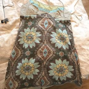 Flot halterneck kjole fra Oasis tynd i stoffet Også pæn ud over et par jeans  Pris er ekskl fragt