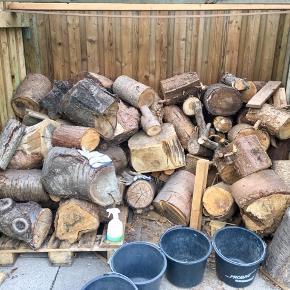 Brænde pejsebrænde til brændeovn eller bålsted. Forskellige typer træ. Gran, eg, birk fyr med mere. Alt på billederne 2,5 skovrummeter