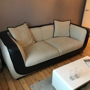 Fed og lækker sofa fra mipa Helsingør , købt for en del år siden af min kusine, som jeg så købte af hende for 1 1/2år siden.. vi skal flytte så derfor vi skal af med den.