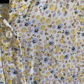 Jeg sælger denne kjole som kun er brugt en enkelt gang, da jeg synes den er lige det mindste til mig desværre :(( Den er derfor i super fint stand!🌸 Den er købt i pieces til 300,- BYD endelig💛