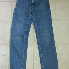 Jeans str. 25/30. Svarer til en ekstra smalle eller pige str 12-13. De måler 68 cm i taljen og er 90 cm lange.