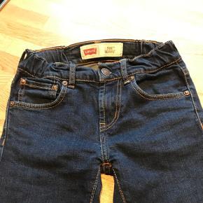Levi's drengebuks 510 skinny.De er brugt, men det ses ikke.
