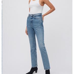 Virkelig fede jeans fra Weekday 🦋 sælges da de desværre er købt for små. Størrelsen er W. 28, L. 28. High waist og straight fit.