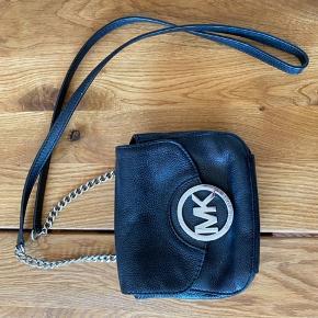 Ægte Michael kors taske i ægte læder. Logoet på tasken har tydelige slidmærker, men tasken er fin stand. Billedet er vedlagt.