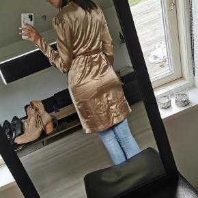 Virkelig smuk kjole fra buch copenhagen. Aldrig haft på men købt med en lille flaw. Sidste billede Prismærke er taget af