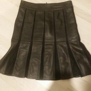 Element Nederdel, Næsten som ny. Hjørring - Blød lækker skind nederdel med stof detaljer, brugt få gange. Jeg har tabt mig og kan desværre ikke passe denne mere. Så derfor sælges den. Mærket er elements taifun. Måler. Livvide. 84 cm. Længde. 58, 5 cm.. Element Nederdel, Hjørring. Næsten som ny, Bru