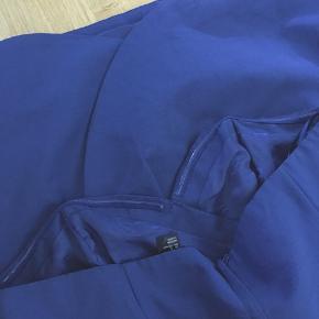 """Super fin stropløs kjole, i str XL Der sidder en slags gummi på indersiden, så den ikke just falder ned   Tryk """"køb nu"""" og der oprettes sikker handel via trendsales, inkl fragt. Super smart og enkelt 🎀🎉"""
