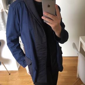 Flot blazer/kimono fra H&M sælges, passer også en str S, kan bruges med og uden bælte, fejler intet, nypris var omkring 399,- - BYD  Tjek også mine andre annoncer ud