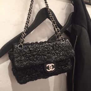 Sælger min smukke Chanel taske, da jeg ikke får den brugt. Original dustbag og kort medfølger!  Tasken kan sagtens bruges crossbody, og er også helt perfekt til at have over skulderen dobblechain.  Tasken er mindre end den klassiske Chanel 2.55, og er derfor (efter min mening) nemmere at have med i byen osv. Læderet på tasken er utrolig brugervenligt, og på ingen måde sart. Tasken har ingen tegn på brug, da den vitterligt kun er brugt maks 5 gange af både den tidligere ejer og mig selv. Skriv endelig for flere billeder 😊 Jeg har selv købt den secondhand på dba og har derfor desværre ikke kvitteringen.  Min mp er 13.500kr men I er velkomne til at smide et bud :)  OBS: jeg foretrækker at mødes og handle, men hvis det ikke er muligt sender jeg KUN forsikret! Fragt betales af køber!