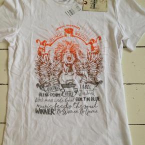 Varetype: T-shirtFarve: Hvid Oprindelig købspris: 130 kr. Prisen angivet er inklusiv forsendelse.  Se også mine andre annoncer og Byd. Sælger billigt ud