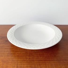 Cordial Palet dyb tallerken i hvid fra Bing & Grøndahl.  I flot stand uden krakeleringer og i 1. sortering.   Mål: 21,5 cm. i diameter.   Pris: 400 kr.   Afhentes i Aarhus C eller sendes godt pakket ind for 40 kr. med DAO.