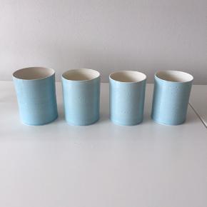 Fineste fyrfadsstager fra Anne Black i en smuk blå farve. De er lavet i keramik og de er lidt forskellige i størrelse - se evt. billede 1.  De er brugt men har ingen skår eller brugstegn.  Nypris 180,- pr stk