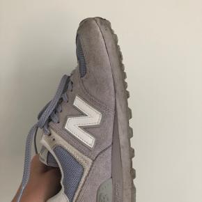 New Balance 574 str. 38 sælges, da de desværre er for små til mig (jeg bruger en 39). Skoene er lyse lilla 💜  Selve skoen er i super stand, men de er blevet beskidte i snuden. Jeg har ikke forsøgt at vaske dem, så jeg ved ikke om det er noget der kan renses ved vask.   NP: 750 kr. MP: 200 kr.  Kan afhentes i Aarhus C eller sendes for købers regning.