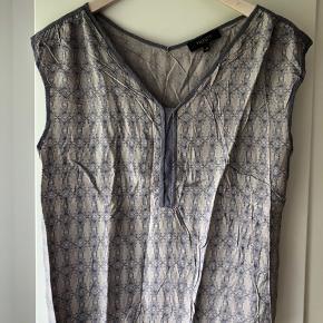 Mønstret top med flot halsudskæring fra Selected Femme.