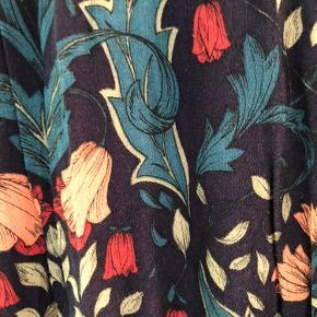 Lang blomstret kjole med v-udskæring og elastik i livet.
