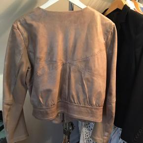 Fin jakke, kun brugt få gange... Har rib langs ærmerne, hvilket gør den meget behagelig at have på. Blødt skind ...