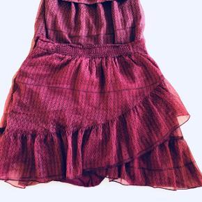 Feminin top og nederdel fra Neo Noir. Næsten ikke brugt. Sælges både som sæt og seperat.