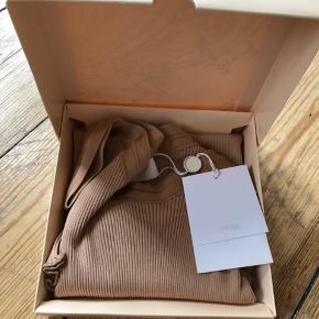 Aldrig brugt (stadig med tag og i kasse) 70% bomuld  30% silke  Farve vil jeg beskrive som nude   Bytter ikke   Se også mine andre annoncer med mærkevarer