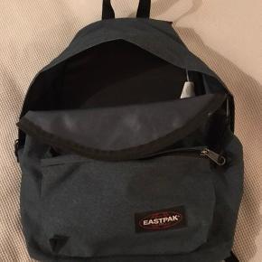 Superfin rygsæk/skoletaske i flot blå/grå/petrolium farve. (Svær at beskrive). Passer til både piger og drenge. Har været brugt af pige på 13 år. Den har et stort rum og et lille rum foran samt et lynlåsrum bagpå. Den kan indeholde både computer og bøger, og er i rigtig god stand.