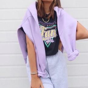 Lækker tshirt fra kampagnen message støtter pigerne. Str small men lidt oversize så m kan også passe den. Fejler intet.