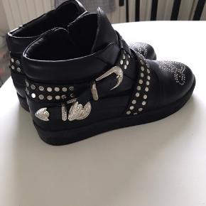 Sælger mine smukke Sofie Schnoor støvler, da jeg simpelhent ikke får dem brugt nok. De er ikke brugt særligt meget, og de er stadig i super stand!