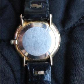 Beskrivelse Varetype: ur unikt smukt vintage OMEGA DE VILLE.fra 1970'erne.meget eksklusivt ur. Størrelse: Large Farve: Guld Oprindelig købspris: 15000 kr. Kvittering haves.   Overvejer at sælge dette super eksklusive sjældne OMEGA DE VILLE HERRE UR. fra 1970'erne. købt i Frankrig, Normandiet. det er et håndoptræks-ur. det kører ikke på batteri.man trækker det op hver dag.  Det er fra 1970, OMEGA DE VILLE, jeg har beviset og garantien fra den tid.   Hvis tilfredsstillende bud ikke opnås, beholdes dette super smukke ur. det er allerede blevet vurderet hos en urmager til 10000 kr. så ønsker ingen bud under 5500 kr.  uret er desuden blevet verificeret hos både bruun rasmussen og lauritz dk.derved ingen tvivl mht ægthed. desuden medfølger garantien fra 1969.  det er guldbelagt. det måler 33 mm i diameteren.  kan sagens både bruges af herrer og damer, selvom det oprindeligt er et herre ur.  Kom med seriøse bud tak.  Jeg glæder mig til at høre fra dig:) Uret kan ses live i Kbh K, men kun ved seriøse købere.  SAMLERE FRA HELE VERDEN ER VILDE EFTER LIGE PRÆCIS DETTE SJÆLDNE UR, SOM ER MEGET VELBEVARET:)  selling this SUPER RARE omega de ville watch for my dad. I'ts very rare from 1969 with gold doublé. You are bidding on Swiss Made OMEGA men's date watch from 1969. Movement is in great working condition, keeping good time. This watch just was fully serviced, oiled and timed and keeping good time. Please, see pictures for detail. .  Condition: Pre-owned: An item that has been used or worn previously. See the seller's listing for full details and ... Read more Brand: Omega Band Material:LeatherGender:Men's Style:CasualFeatures:12-Hour Dial Model: Omega de ville  Year of Manufacture:1969Display:Analog Age:Vintage (1969)Case Material:Stainless Steel. hand-winding.
